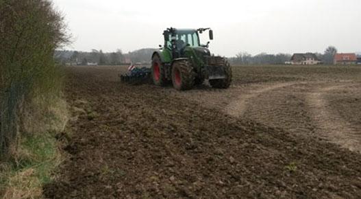 Der Boden wird hier mit schwerem Gerät vorbereitet.